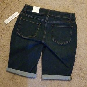 Time and Tru Shorts - Time and Tru Mid Rise Jean Shorts Size 4